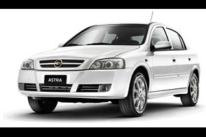 Chevrolet Astra Sedan com fundo branco