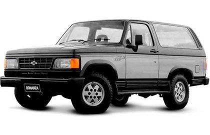 Chevrolet Bonanza com fundo branco