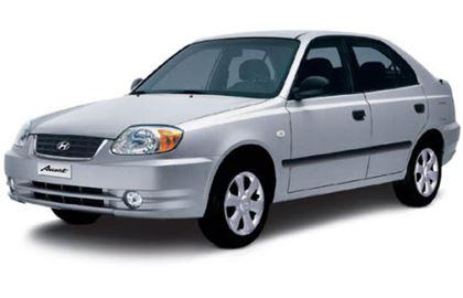 Hyundai Accent com fundo branco