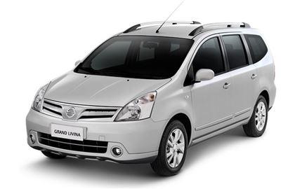 Nissan Grand Livina com fundo branco