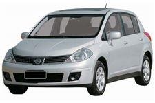 Nissan Tiida com fundo branco