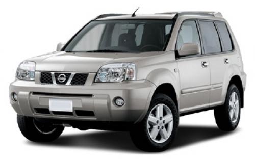 Nissan X-Trail com fundo branco