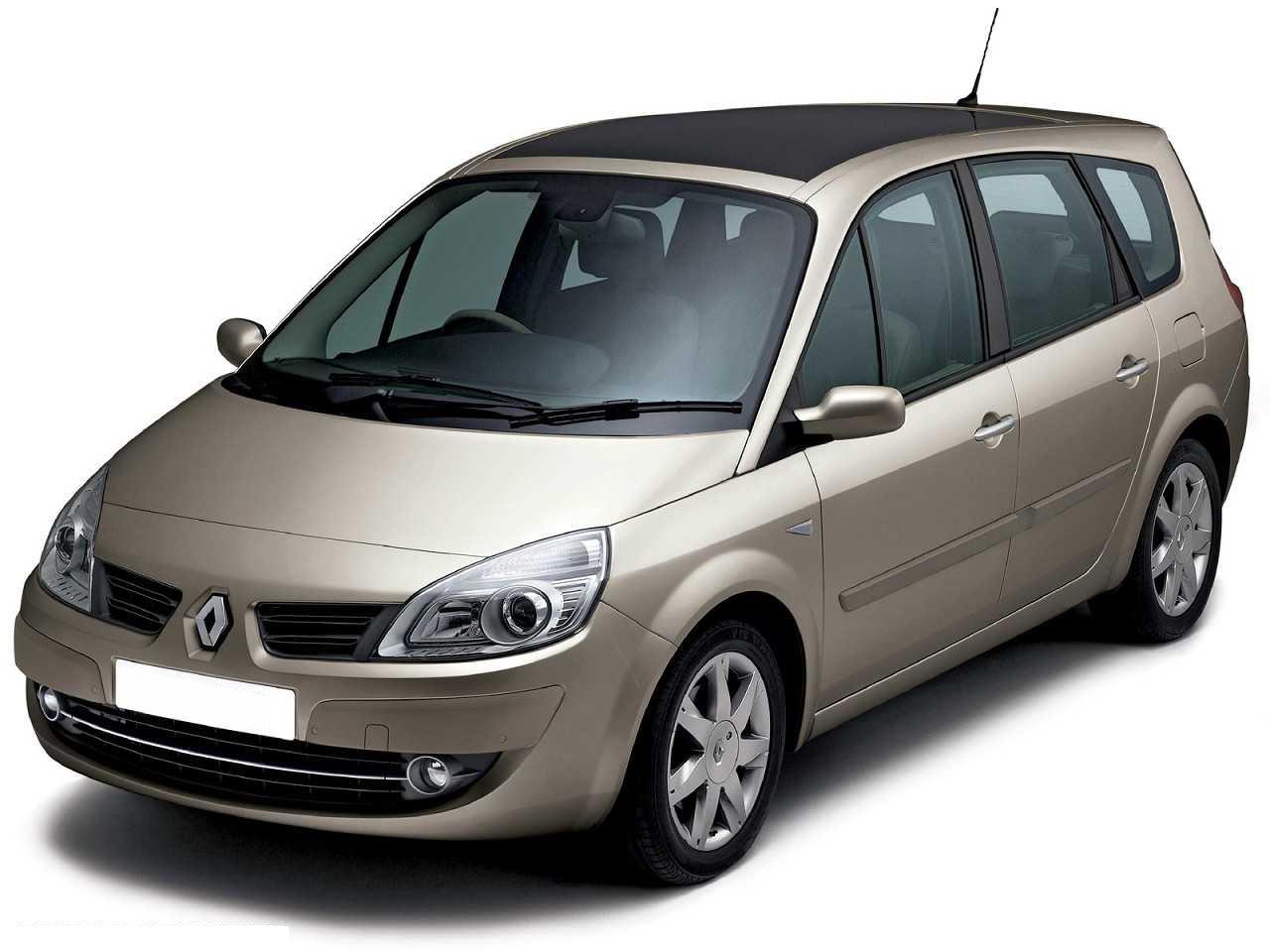 Renault Grand Scénic com fundo branco