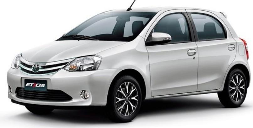 Toyota Etios com fundo branco
