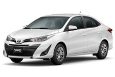 Toyota Yaris com fundo branco